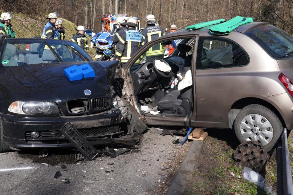 Schwerer Frontal-Crash! Auto hängt auf Leitplanke über Abgrund
