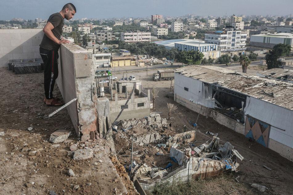 Ein Mann inspiziert die Trümmer einer Fabrik, die nach israelischen Luftangriffen auf den Gazastreifen - als Reaktion auf den Beschuss aus dem Palästinensergebiet - zerstört wurde.