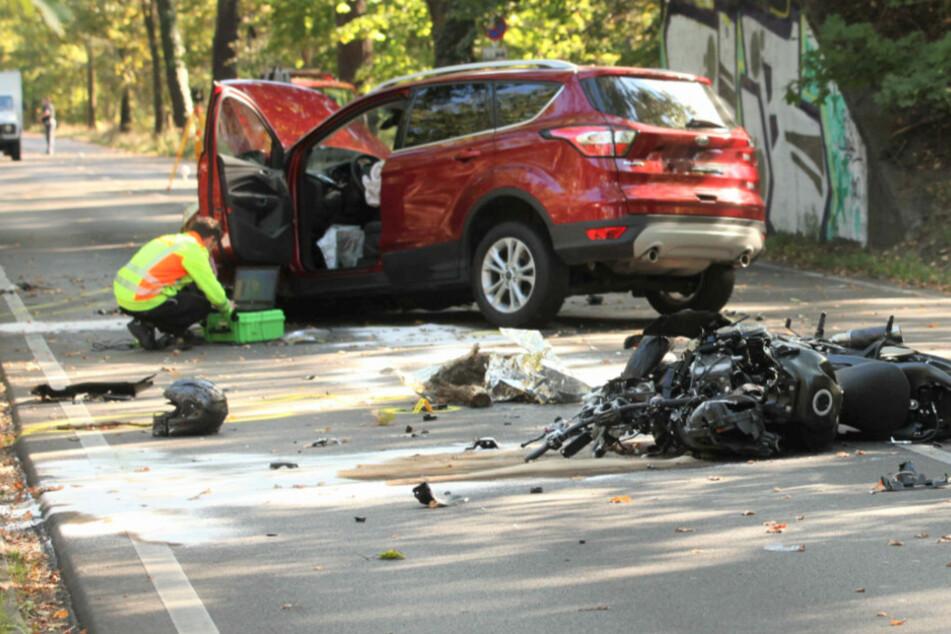 Motorradfahrer kracht gegen Auto und stirbt