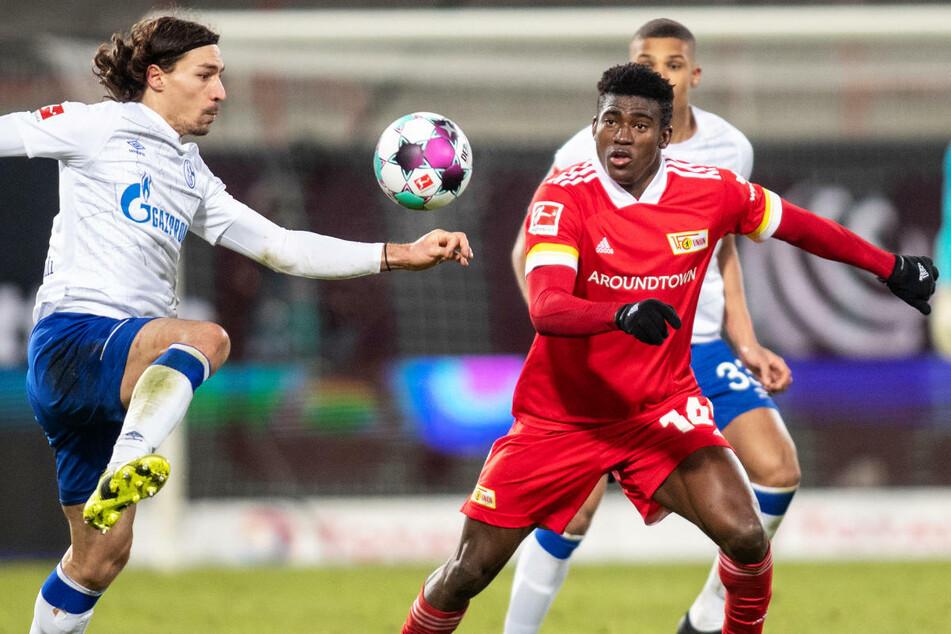 Taiwo Awoniyi (23, r.) im Zweikampf mit Schalkes Benjamin Stambouli (30). Der Union-Stürmer hätte bereits in der vierten Minute die Führung für die Eisernen erzielen können.
