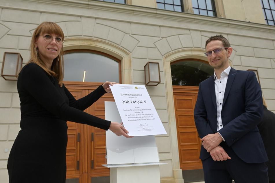 Justizministerin Katja Meier (41) überreichte dem Direktor des neuen Forschungsinstituts, Frank Asbrock (45), einen Zuwendungsbescheid mit mehr als 308000 Euro.