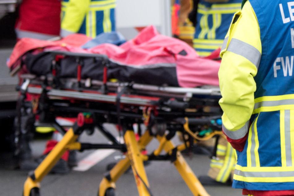 Nach einer Kollision mit einem Viehtransporter nahe Regensburg ist die Fahrerin eines Leichtmotorrads gestorben. (Symbolbild)