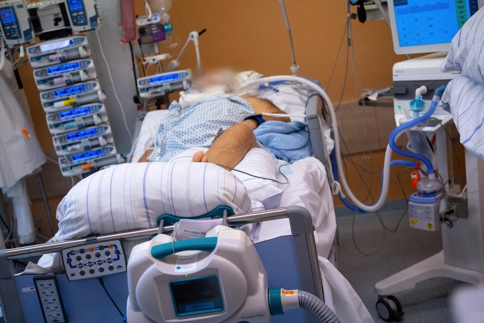 Bayern, Gauting: Ein Covid-19 Patient liegt in einem isoliertem Intensivbett-Zimmer.
