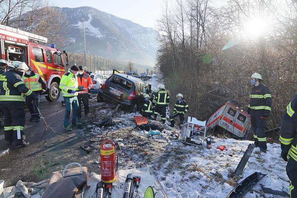 Ein Rettungswagen und ein Auto sind nach einem Unfall auf der B20 bei Bayerisch Gmain zu sehen.