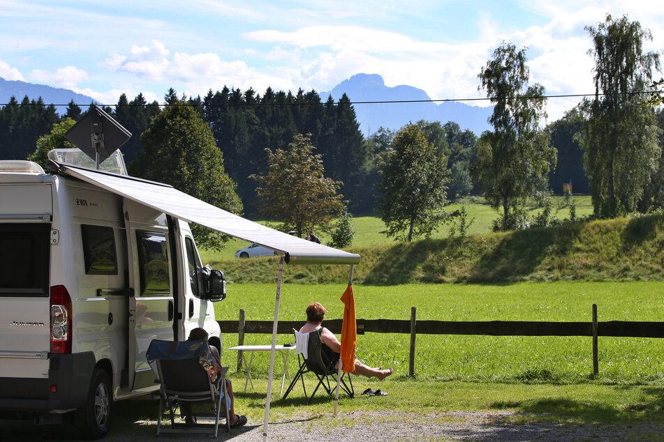 Urlauber genießen auf einem Campingplatz am bayerischen Forggensee das schöne Wetter. (Archivbild)