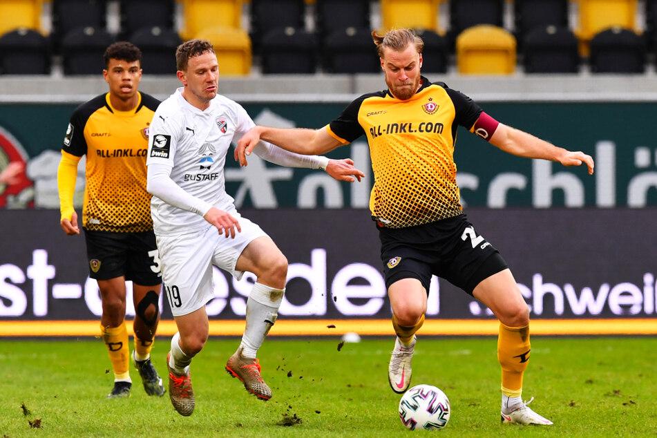 Dynamo-Kapitän Sebastian Mai (27, r.), behauptet hier gegen Ingolstadts Marcel Gaus (31) den Ball, hat auf die Hasskommentare in Internet reagiert und mehrere Übeltäter angezeigt.