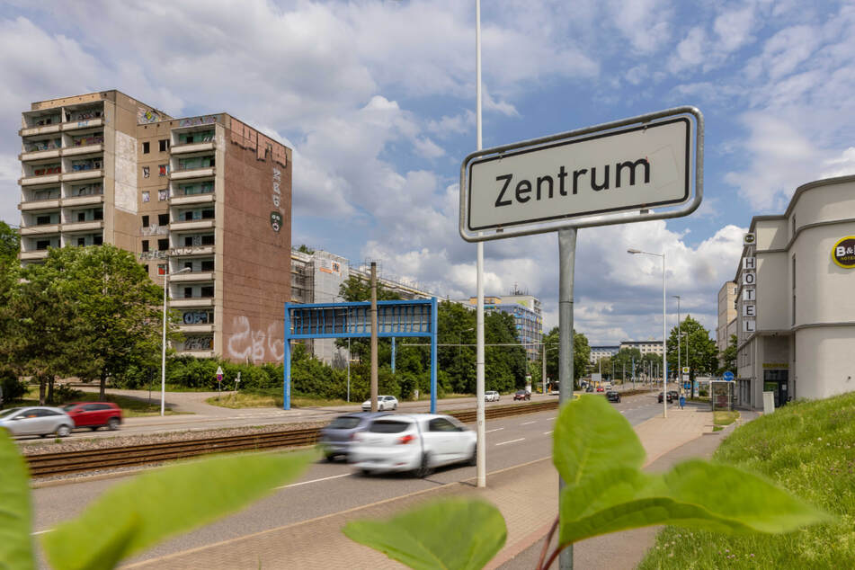 Fehlende Fenster, mit Graffiti verschmierte Fassade - das Hochhaus in der Zwickauer Straße verschandelt seit Jahren das Zentrum.