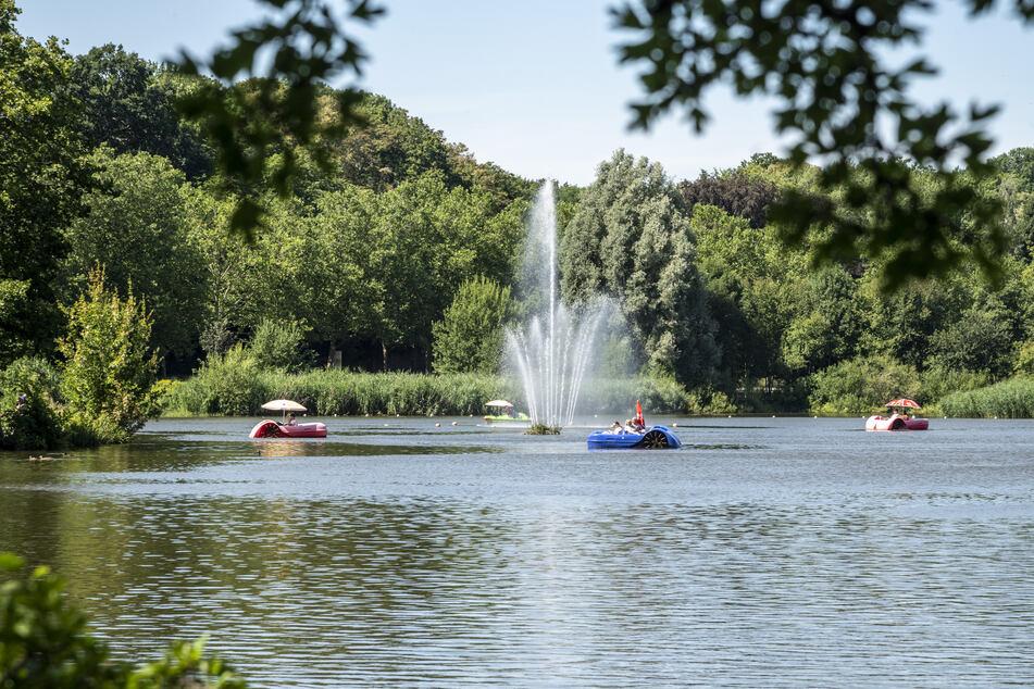 Vom Boot aus können Konzert-Besucher dem DJ-Duo lauschen.