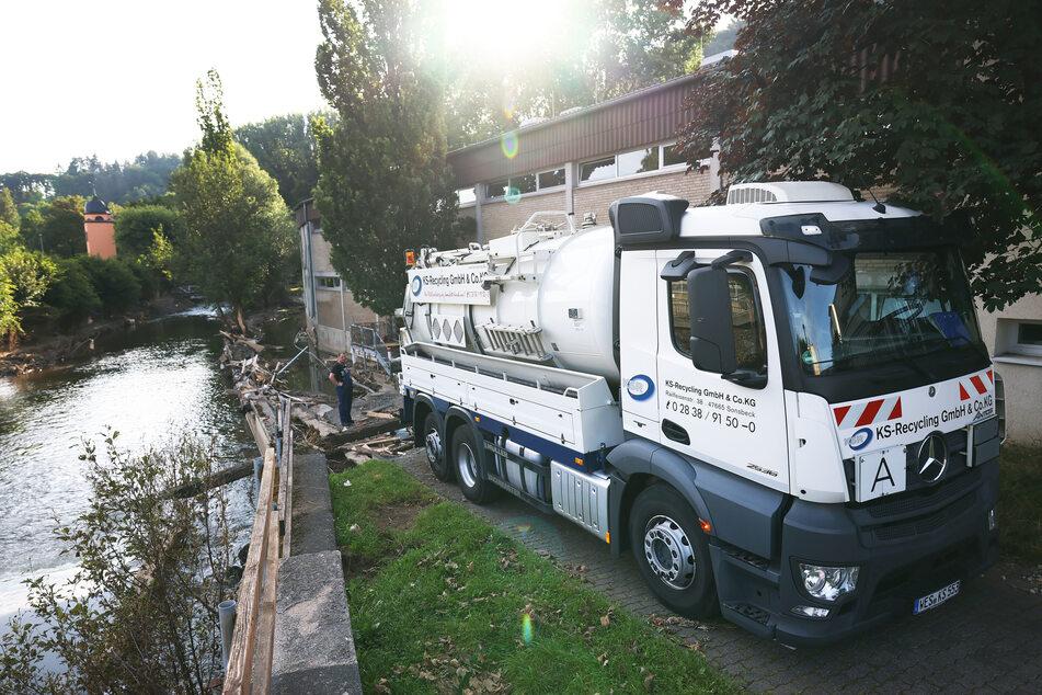 Spezialentsorger pumpen nach der Flut-Katastrophe in NRW kontaminiertes Wasser aus Kellern und Tiefgaragen.