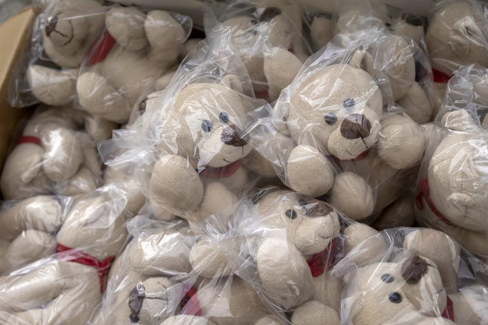 Die Plüsch-Bären sollen künftig bei kleinen Patienten für Ablenkung sorgen.
