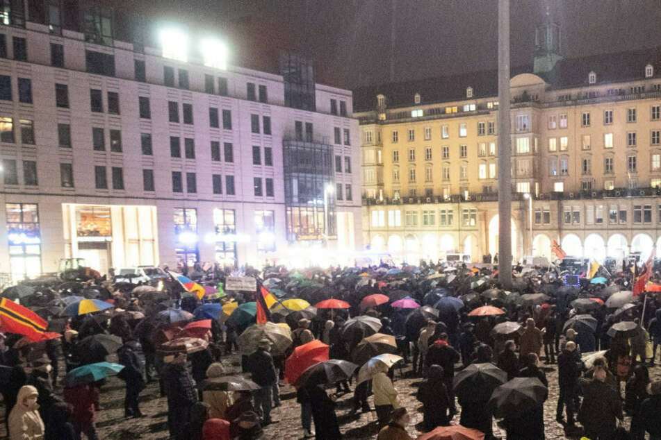 Schon zum 6. Jahrestag wurde das Bestehen der islam- und ausländerfeindlichen Pegida-Bewegung auf dem Altmarkt in Dresden gefeiert. Ausgerechnet am geschichtsträchtigen 9. November darf wieder gehetzt werden.