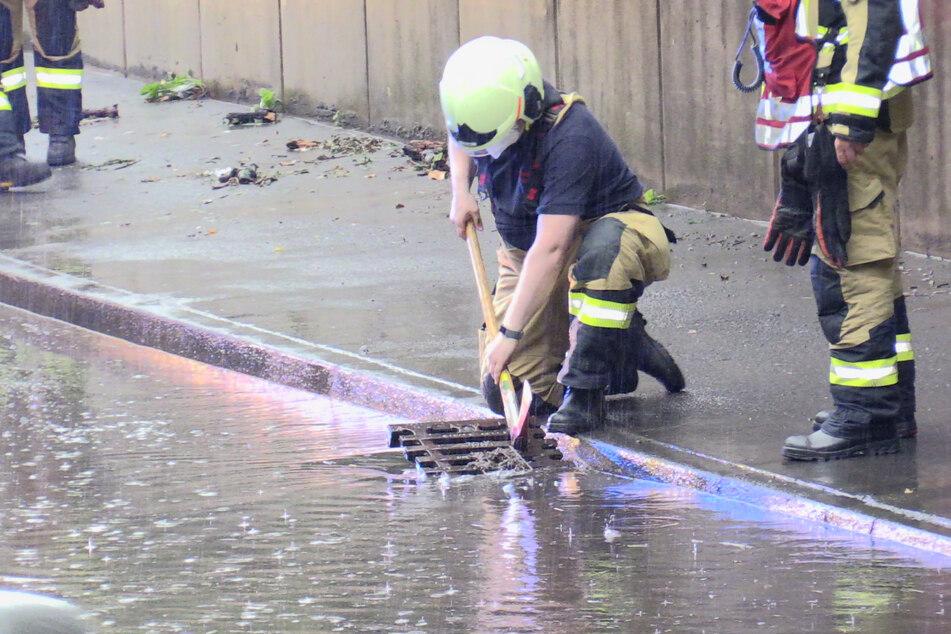 In Hilden ist eine Straße überflutet worden, weil das Regenwasser nicht abfließen konnte. Die Feuerwehr öffnete einen Gullydeckel.