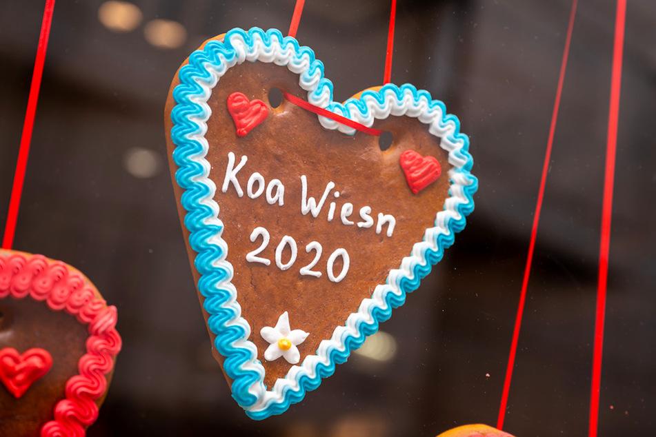 """Ein Lebkuchenherz mit der Aufschrift """"Koa Wiesn 2020"""" hängt in einem Geschäft in der Münchner Innenstadt aus."""