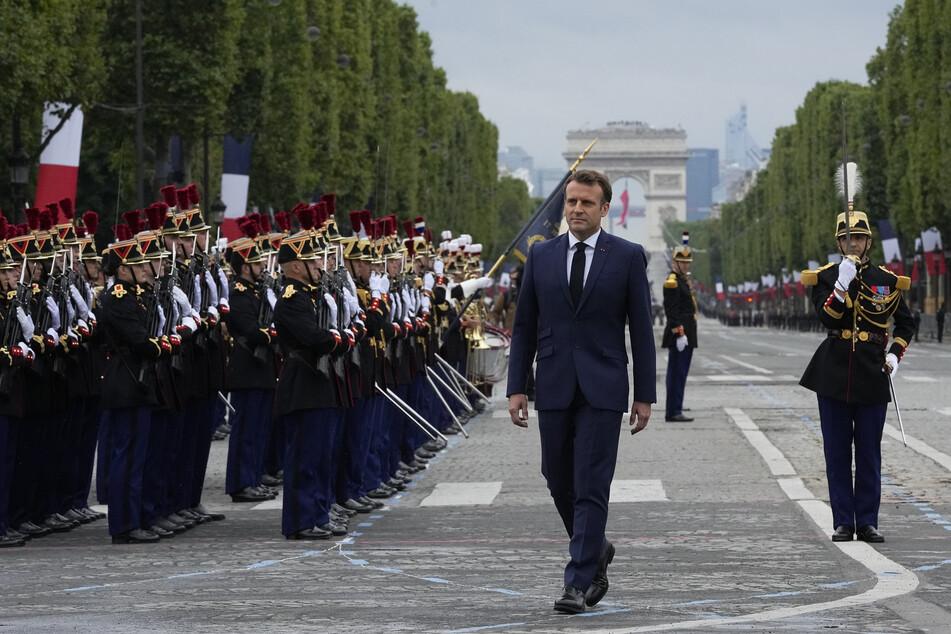 Emmanuel Macron (3.v.r.) inspiziert die Truppen auf den Champs-Elysees während der Parade zum Tag der Bastille.