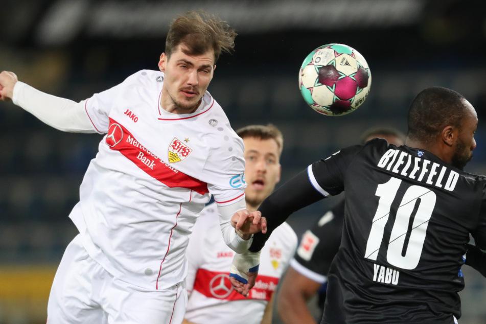 VfB-Verteidiger Pascal Stenzel (l.) gewinnt das Kopfballduell gegen Bielefelds Reinhold Yabo (r.). Im Hintergrund blickt Stuttgarts Waldemar Anton in Richtung Ball.