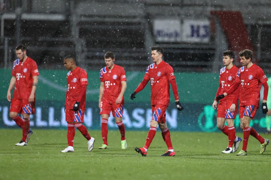 Sichtlich niedergeschlagen trottet das Starensemble des FC BAyern München nach der Niederlage gegen Holstein Kiel im DFP-Pokal in die Kabine.