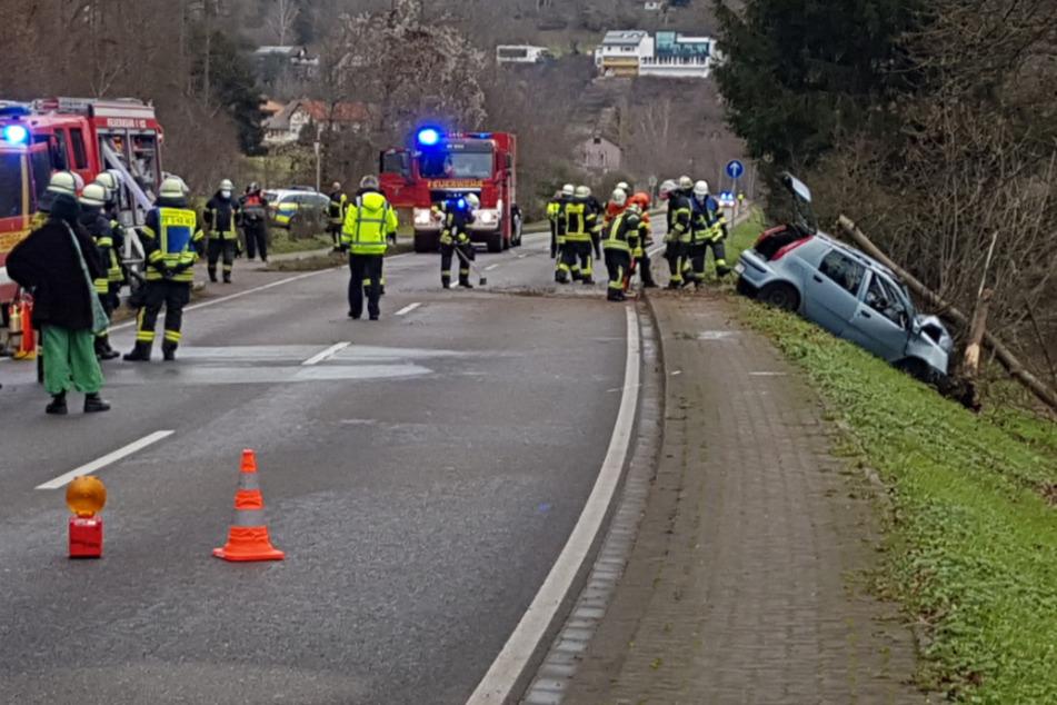 Rettungskräfte an der Unfallstelle. Ein Autofahrer ist gegen einen Baum geprallt.
