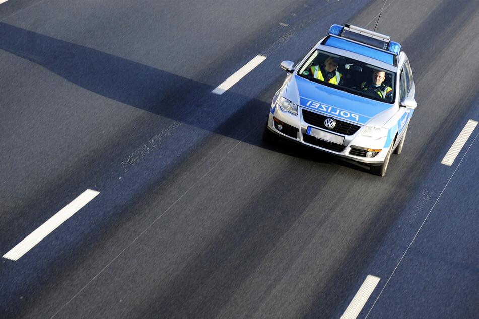 Die Polizei suchte die Autobahn nach dem wertvollen Inhalt der Tasche ab. (Symbolbild)