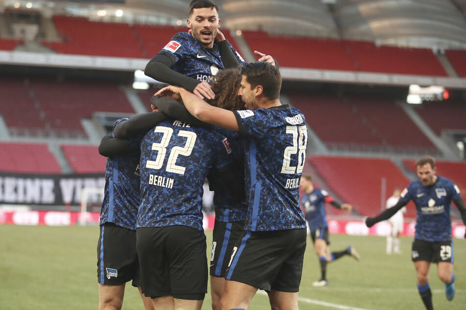 Die Berliner jubeln zusammen mit dem Torschützen Luca Netz über das 1:1 beim VfB Stuttgart.