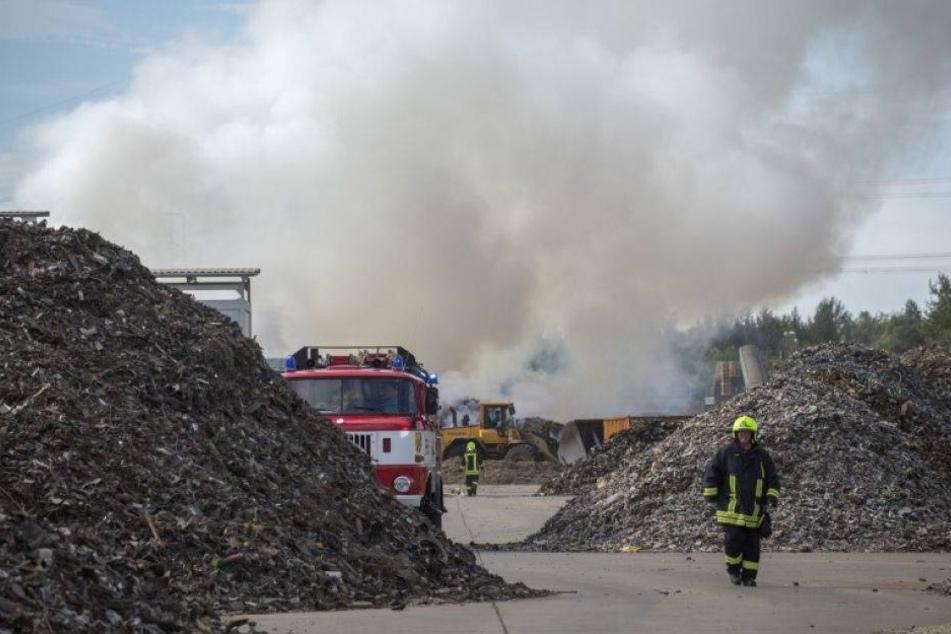 Feuer bei Recycling-Firma: Mehrere Tonnen Schrott in Flammen