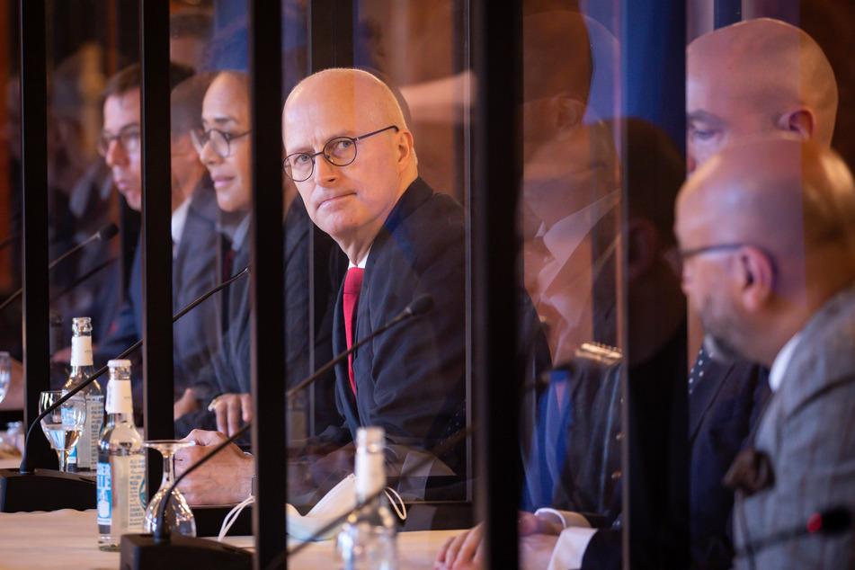 Peter Tschentscher (SPD, M), Erster Bürgermeister in Hamburg sitzt bei einer Konferenz im Rathaus.