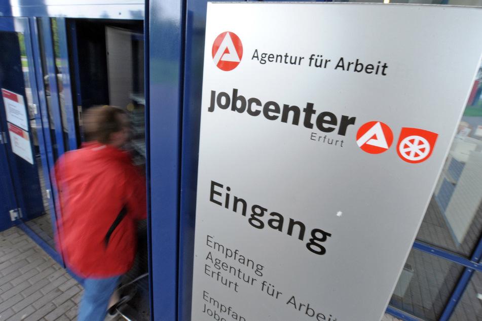Blick auf den Eingang des Jobcenters in Erfurt. In Thüringen ist die Zahl der Kinder, die auf Hartz-IV angewiesen sind, gesunken. (Symbolbild)