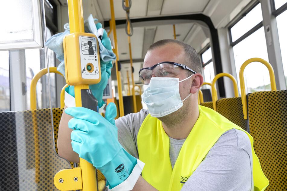 Kanpp 3 Millionen Euro gaben die DVB 2020 für Hygiene und Desinfektion in ihren Fahrzeugen aus. Hier reinigt Lars Schulze (34) einen Haltewunschtaster.