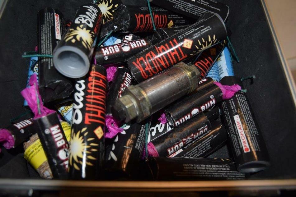 In einem Koffer befanden sich neben der Rohrbombe auch teils illegale Feuerwerkskörper.