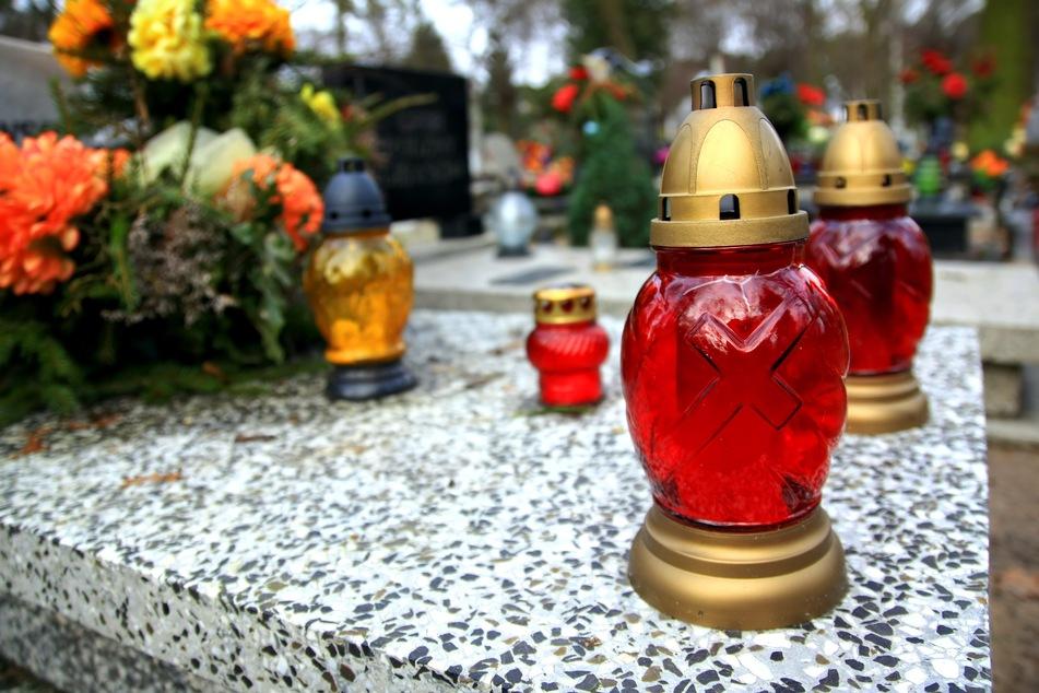 Die Person soll sich während einer Beerdigung mit Covid-19 infiziert und kurz darauf gestorben sein (Symbolfoto).