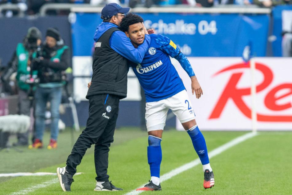Die Zeichen stehen auf Abschied. Ein Bild mit Symbolcharakter? Schalke-Trainer David Wagner (48) umarmt seinen Schützling Weston McKennie (21).