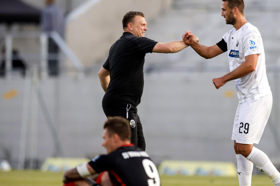 Sandhausen jubelt, Wiesbadens Manuel Schäffler ist nach dem 0:1 gegen den SVS am Boden. Nach Hessen muss Dresden in acht Tagen.