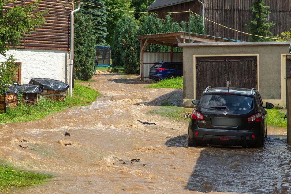 In Großrückerswalde (Erzgebirge) führten heftige Regenfälle am Donnerstag zu überschwemmten Straßen.