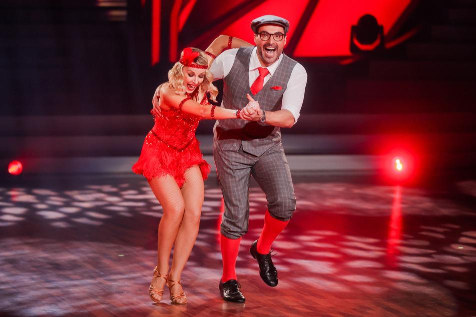 """Sükrü Pehlivan, Moderator, und Alona Uehlin, Profitänzerin, tanzen in der RTL-Tanzshow """"Let's Dance"""". Der Moderator flog am Freitagabend raus."""