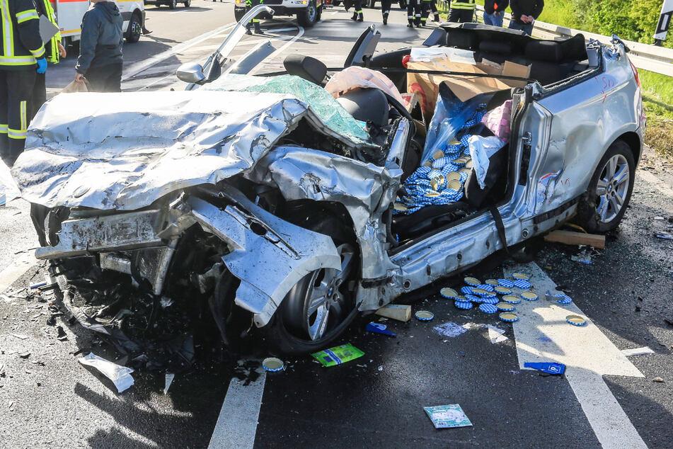 Von dem BMW blieb nach dem schweren Unfall auf der B26 im Freistaat Bayern nur ein Wrack übrig.