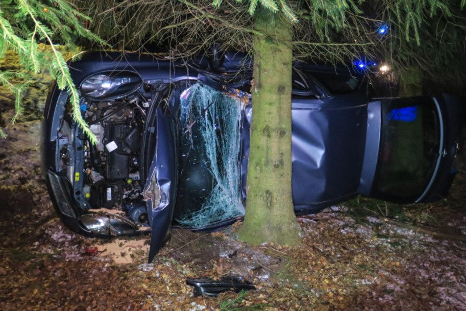 Schwerer Crash im Erzgebirge: Nissan-Fahrerin kracht gegen Baum