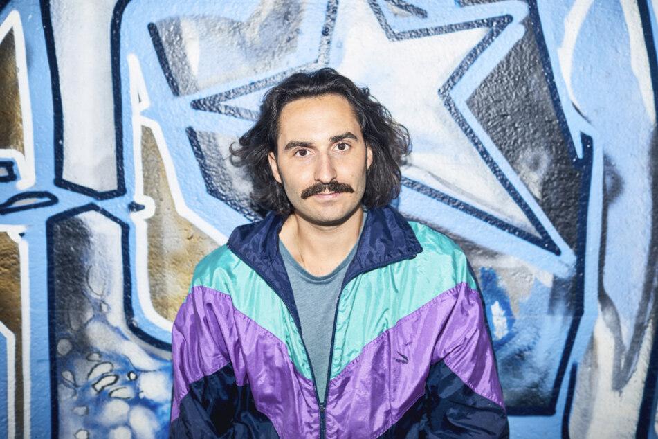 Robert Gaa steht vor einem Graffito. Der DJ und Veranstalter wird neuer Nachtbürgermeister in Mannheim.