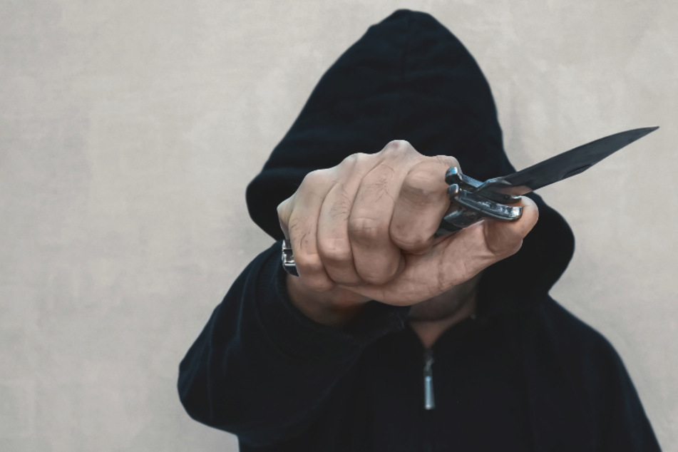 Tankstelle in Plauen überfallen: Kassiererin mit Messer bedroht