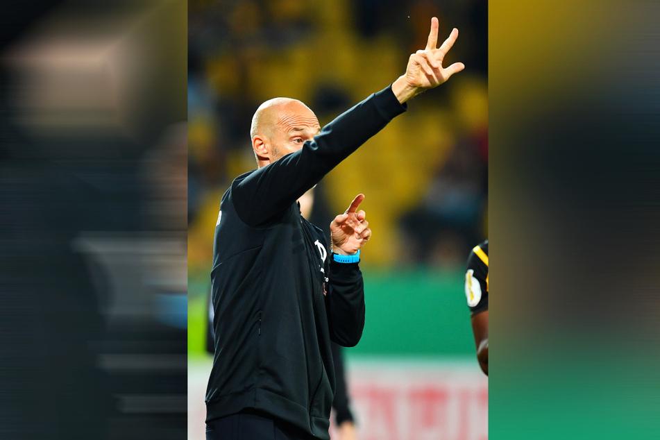 Dynamo-Trainer Alexander Schmidt (52) zeigt's an: Er will mit seiner Mannschaft die nächsten drei Punkte holen. Allerdings steht den Schwarz-Gelben eine schwierige Aufgabe bevor.