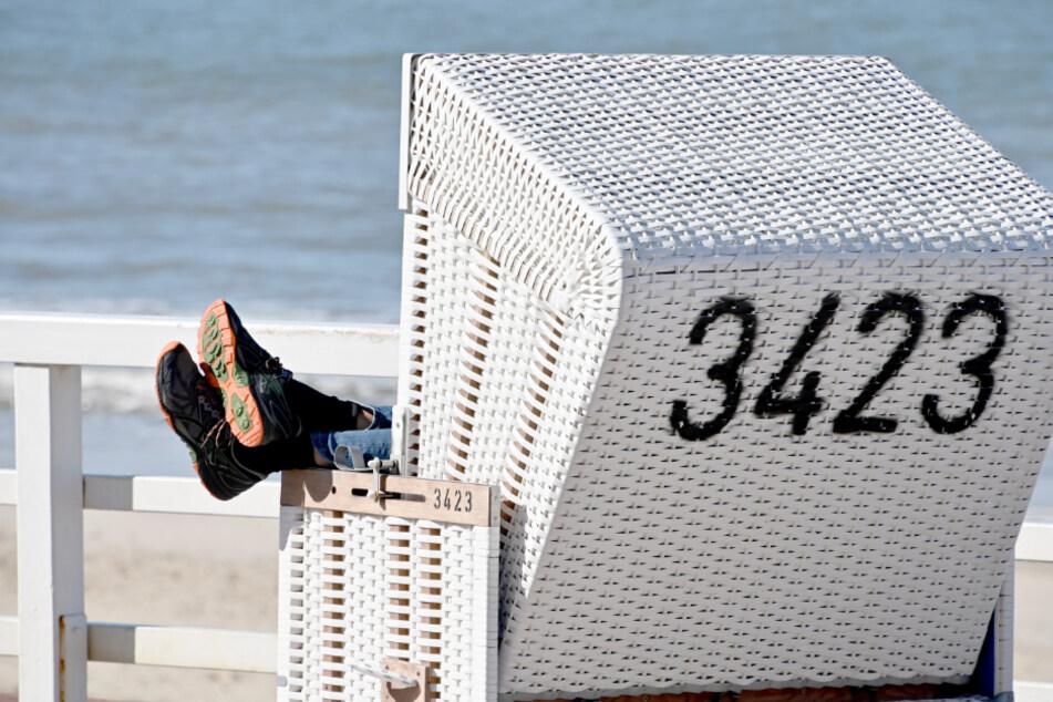 Ein Urlauber ruht sich in einem Strandkorb auf Sylt aus. (Archivbild)