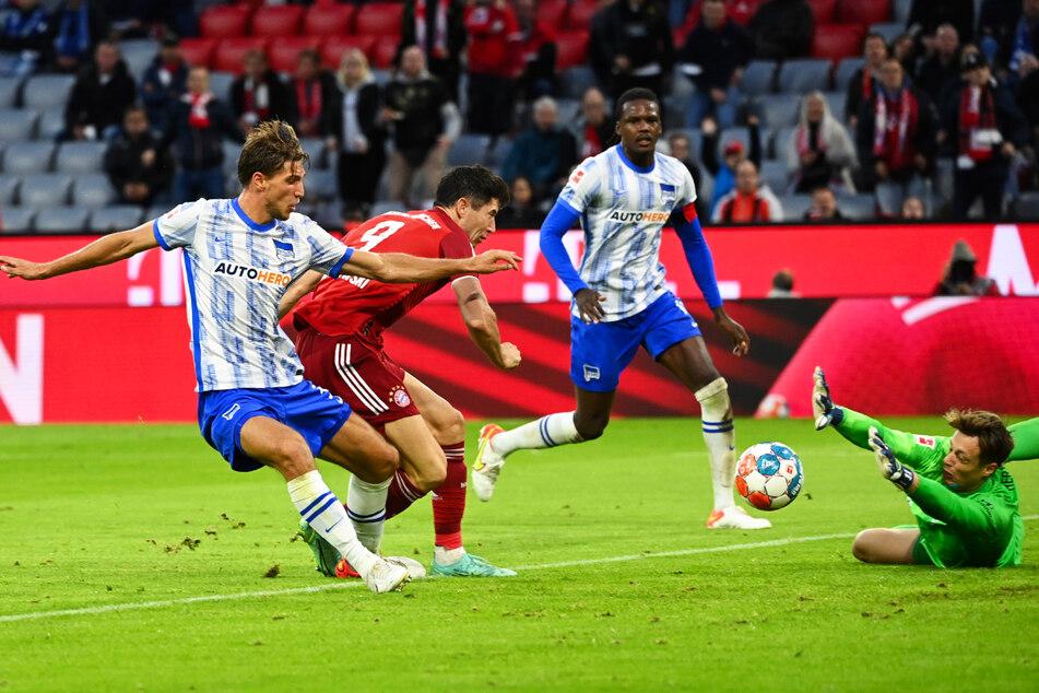 Robert Lewandowski (2.v.l.) drückt die Kugel aus Nahdistanz zum 4:0 für die Münchner ein.