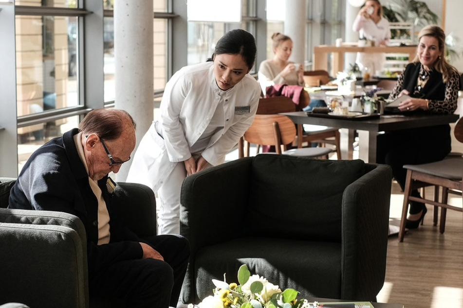 Dr. Lilly Phan sorgt sich indes um Leo Lachmann und seine plötzliche Bewusstlosigkeit.