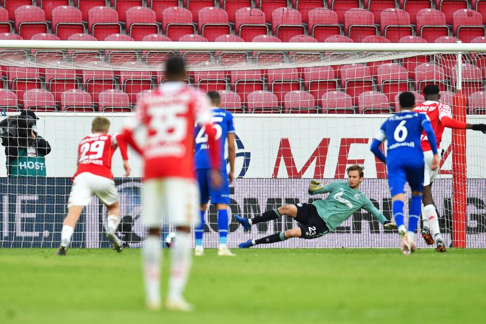 Jean-Philippe Mateta (r.) schießt Mainz vom Elfmeterpunkt mit 2:1 in Führung. S04-Keeper Frederik Rönnow (3.v.r.) springt in die falsche Ecke.