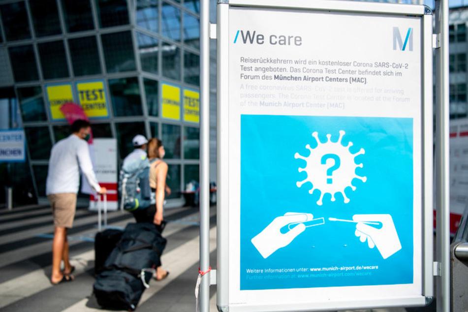 Ein Schild weist am Flughafen auf die Möglichkeit zur Durchführung von kostenlosen Corona-Tests hin.