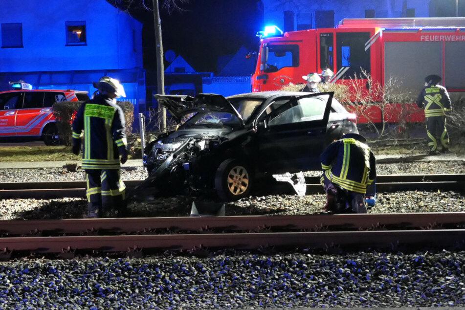 Das Autowrack stand direkt auf den Straßenbahn-Gleisen in Griesheim.