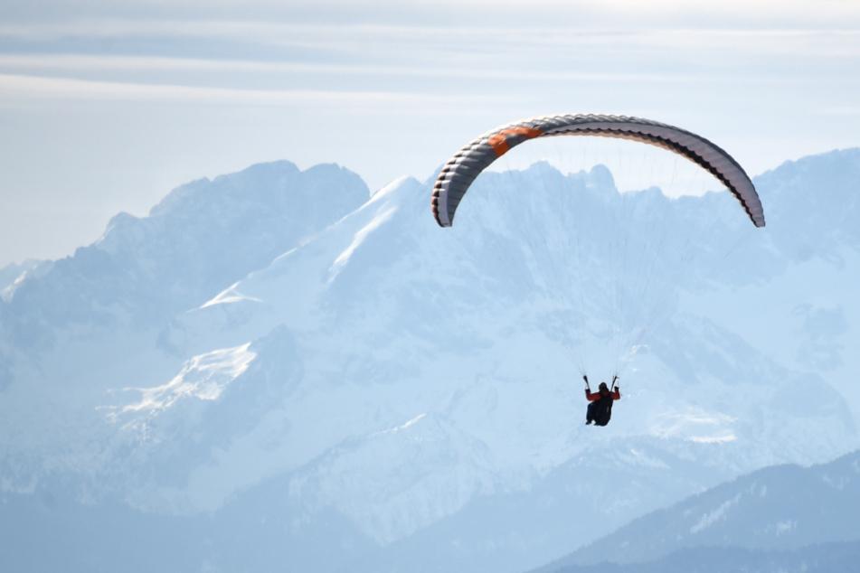 Seitenwind und ein Strömungsabriss führten laut Polizei zu dem Absturz des Paragliders. (Symbolbild)