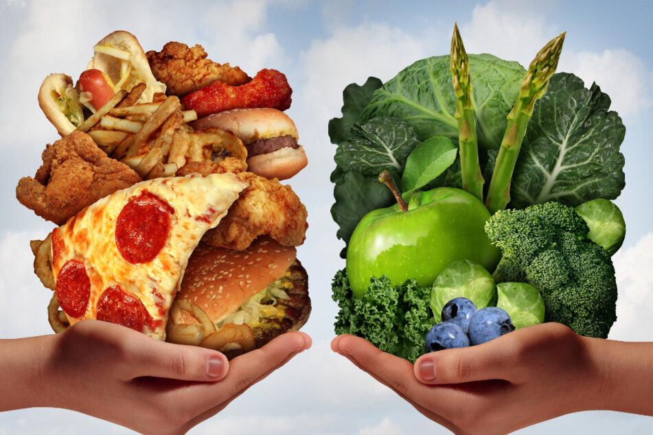 Pizza, Burger, Fritten, Hot Dog: Fastfood ist energiereich und meist sehr fettig. Salat, Kohl, Äpfel, Spargel, Blaubeeren: Vegetarische Lebensmittel besitzen viele Ballaststoffe und sind weniger energiereich.