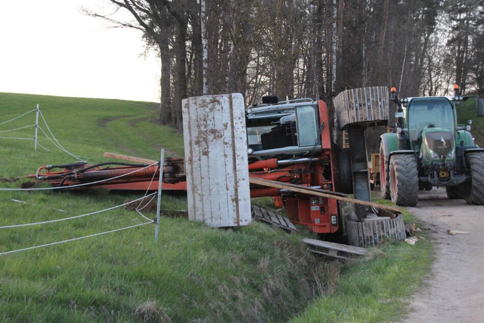 Schwerer Unfall mit Bagger: Bauer kippt beim Rangieren um!