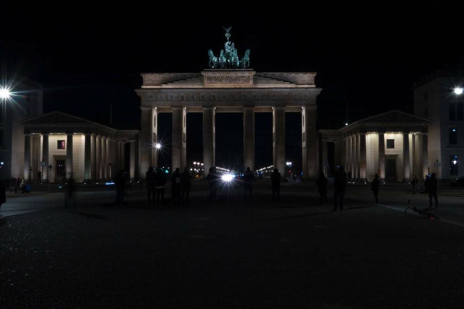 """Das Brandenburger Tor liegt während der """"Earth Hour"""" im März 2020 im Dunkeln. Auch am Samstagabend sollen die Lichter am Pariser Platz wieder ausgehen."""