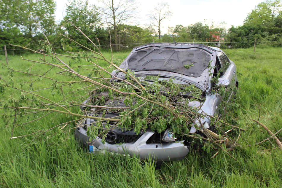 In Neuss ist ein unbekannter Autofahrer in der Zeit zwischen Sonntagabend und Montagmorgen in einem Feld gelandet - und spurlos verschwunden. Die Polizei sucht Zeugen.