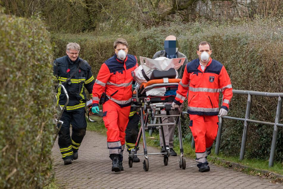 Die verstorbene Person wird von Rettungskräften abtransportiert.